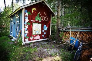 Det lilla uthuset på tomten är också dekorerat med målningar.