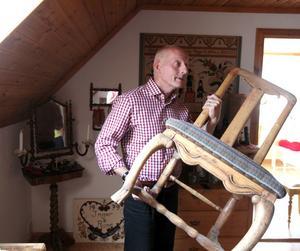 Det är inte helt ovanligt att Antikrundans experter fastnar för helt andra prylar än vad tittaren ville få värderat under hembesöken. Här närstuderar han en stol hemma hos Inger och Rune Norén i Valbo.– Det här är en senbarock-stol, men de tillverkades under lång tid och ryggbrickan är inte den ursprungliga.