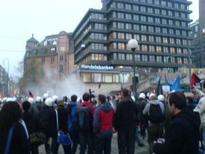 Tårgas. Landstingsrådet Ann-Catrin Lofvars hamnade mitt i polisens och militärens tårgasattack under Nato-toppmötet i Oslo.