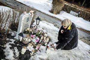 Ingrid Jonsson bor nära kyrkogården och besöker sin dotters grav nästan dagligen för att tända ljus och lägga blommor.