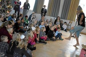 Barnteater med Ove Hoffner har blivit en tradition och han kan konsten att trollbinda barnen.