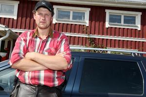 Per Persson säger att 26 av hans kor inte kalvade efter sin vistelse på fäbodvallen förra året. Enligt honom så står det klart att kornas dräktighet har påverkats av vargen.
