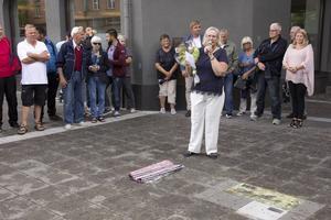 Förra sommaren fick Lena Jularbo Brauner avtäcka Carl Jularbos platta på Lilla torg.