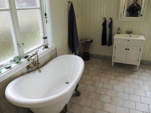 Badrummet ser ut som när paret flyttade in i bostaden. En gång ska här ha funnits ett kök.