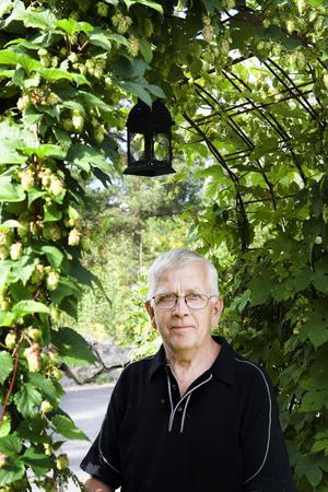 Kan man tänka sig en tjusigare entré för en trädgårdsintresserad? Bo Andersson jobbade med betong förr i tiden, men nu har de gröna fingrarna fått ta över.