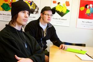 Robbin Gälliner är en av länets drygt sex procent ungdomar som söker en arbetsgivare. Peter Eriksson har fått jobb och flyttar till Norge redan på tisdag.