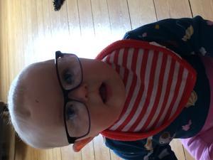 Barnskratt hördes från vardagsrummet. Gick in och möttes av Doris med storebrors glasögon :)