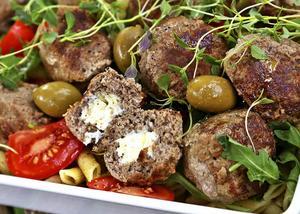 Grekiska köttbullar med fetaostfyllning är inget för fegisar. Här handlar det om