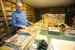 Leif i ett av rummen fylld med gamla tidningar.