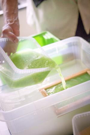 Den mixade pappersmassan hälls i en form som sedan silar bort vattnet.