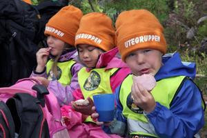 Fika är alltid extra gott i skogen. Här mumsar femåringarna (från vänster) Emma Persdotter, Emelie Wanselius och Wiking Nordin.