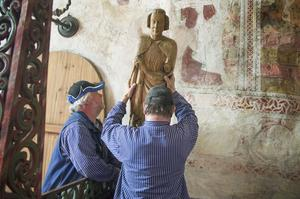 Krister Källman och Tord Pettersson jobbar som museitekniker. De specialbygger och installerar stöldsäkringar i kyrkor.