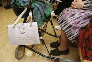 Äldreomsorg. Regeringens budgetförslag kan skapa 5000 nya tjänster för undersköterskor inom äldrevården, framhåller Vänsterpartiet.Foto: Erik G Svensson/TT