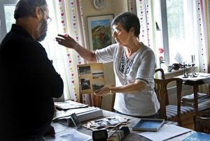 Dokumentation. Britt Strömberg diskuterar med Lasse Lundgren motiven på de olika svartvita fotona. De hoppas kunna dokumentera Hjulsjö i någon form av skrift tillsammans med bybor. BILD: BIRGITTA SKOGLUND
