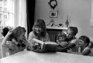 """Felicia försvann ur flocken. Felicia Feldts bok radar upp minnen av uppväxten i  Anna Wahlgrens stora familj. Bilden vid köksbordet är tagen 1983, när Felicia är 16 år. """"Jag har använt litterära verktyg"""", säger hon."""