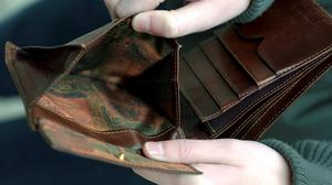 Så här trist och tom kan plånboken se ut för många i januari månad.
