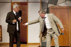 Vad har du där? Tycks senapsfabrikören (Peter Dalle) säga till Tideman (Nils Moritz).