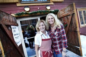"""BÖRJAR OM. Camilla Westman (till höger) har bytt Städmani mot Enighetens café. """"Jag har tänkt en tid att jag vill ha ett fik"""", säger hon. Som hjälp har hon anställt Tove Holmli, som tidigare drev stallrestaurangen vid travet."""