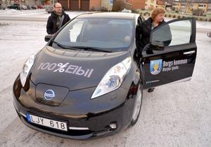Ralf Vestlund, kommunchef, och Karin Paulsson, kommunalråd, tog en provtur i den nya elbilen som invigdes på tisdagen.
