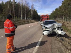 Bilen knycklades till rejält men föraren klarade sig utan skador.