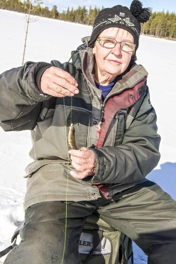 Birgitta Svensson från Sveg vann damklassen med nästan 1,5 kilo fisk, trots att inte alla fiskar hon drog upp var stora.