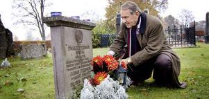 Jan Eliasson lägger blommor på Ewald Perssons grav. Person omkom i samma flygolycka som Dag Hammarskjöld. Den inträffade den 17 september 1961, samma dag som Jan Eliasson fyllde 21 år.