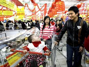 Växande ekonomi. Ett varuhus i Hanoi. Välståndet i Vietnam växer – och alltfler människor får råd att köpa konsumtionsvaror. Arkivbild: Chitose Suzuki/Scanpix-AP
