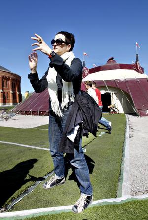 Det fanns inget annat yrkesalternativ än teater för Anna Thelin. Tältet är ett kärt återseende, 1998 turnerade hon med föreställningen det gjordes till.