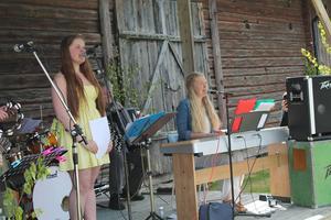 Elin Åsén och Johanna Grip sjunger på Gammelträde i Ytterhogdal