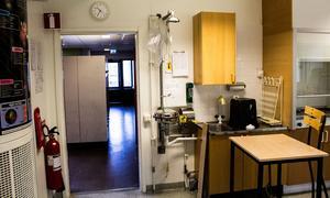 Det är nödduschen som orsakade översvämningen som spred sig till tre klassrum och även till matsalen våningen under.