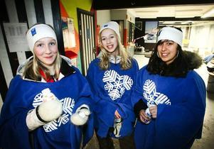 """Tre snöstjärnor. Moa Printz, Kristin Larsson och Duha Khoure tyckte kvällen var lyckad. Moa och Duha är nybörjare i kören. """"Det är jättekul! Det är så roligt att sjunga,"""" sade Duha."""