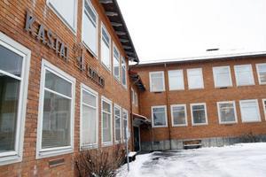 Elever och personal som vistats i flera av klassrummen på Kastalskolan i Brunflo berättar om irriterande ögon, trötthet, huvudvärk, utslag, eksem runt ögonen, klåda på kroppen och andningsproblem. Skyddsombudet kräver att kommunen gör något åt saken omedelbart.