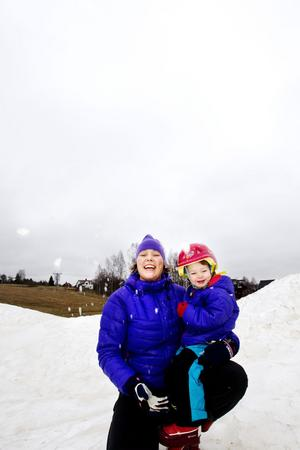 ÄLSKAR VINTER. Lite snö fanns det allt redan i mitten av november. Nya platschefen i Kungsberget, Catharina Utanskog, älskar att vara ute med barnen och sen komma in, när de är rejält rödkindade och trötta.