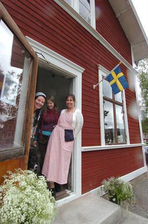 Eva Bröljer, Frida Hallberg och Erica Magnusson säger tittut och välkomna in i handelsboden.