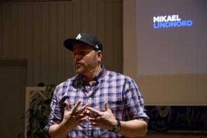 Intresse var större än lokalen när Mikael Lindnord kom till Sankt Jakobsgården i Hudiksvall för att berätta om gatuhunden Arthur.