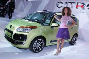 EN succ? Citroën C3 Picasso är ett mellanting mellan praktiska Berlingo och lilla familjebussen C4 Picasso. Med bättre komfort och mindre bruksighet än Berlingo. och nättare format och (förhoppningsvis) pris än C4 Picasso, kan bilen bli en succé. Citroën C3 Picasso är inte bara rymlig och flexibel utan även miljövänlig med utsläpp på bara 110 g CO2/km bland annat tack vare att bilen utrustas med Citroëns Stop&Start-system som stänger av motorn vid rödljuset. C3 Picasso kommer till Sverige till våren.