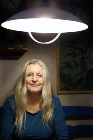 """Lena Deimo är konstnär och författare och har precis släppt sin diktsamling """"Där glasfiskar sover – Dikter från gränsland och utmarker""""."""