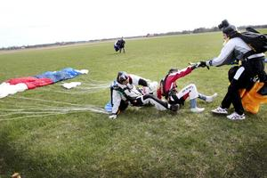 Tandempiloten Joakim Marijanovic, Oscar Haraldsson och William Herrlin sekunden efter landning.