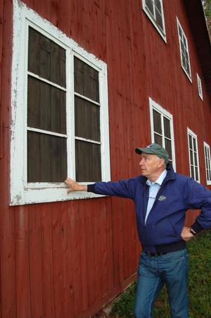 De påmålade blindfönstren på en av hangarerna skulle lura eventuella spanare att där bodde människor. Det är en av detaljerna från andra världskriget som Lennart Thorslund tycker ska bevaras.