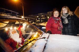Ett av de roligaste inslagen i promenadturen finns på gamla Statoiltomten. Där har Joppe Eriksson juldekorerat en bil och satt en tomte på förarsätet.