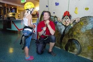 Dennis Blom instruerar Mari Grøtli Svergja innan hon ska tesa klätterväggen på Multi Challenge.