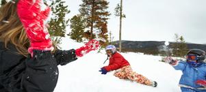 Lär barnen tidigt att ha hjälm på sig när de är ute i snön och leker.