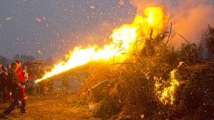 Eldshowgruppen Draco Spiritus satte igång valborgsbrasan vid gamla simbadet i Västanfors 2016. Här gör Fredrik Karlsson upp eld. I år blir det inget firande på grund av torkan.