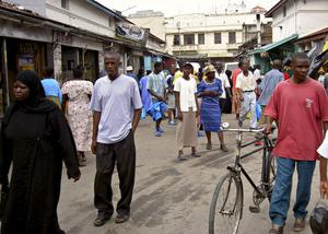 Gågata med butiker i centrala Mombasa.