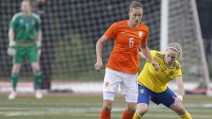Lisa Dahlkvist jagar Nederländernas Anouk Dekker.