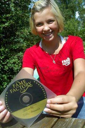 På Fame Factory-lägret fick Amanda Derksen spela in en egen singel.