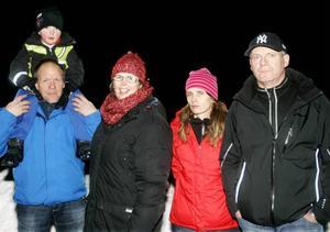 Några av dem som vill stoppa detaljplanen; Stefan och Eva Lundmark med sonen Elias, Mona Thorsson och Mats Högberg.