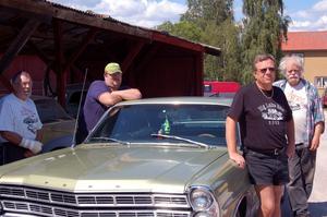 Roadrunners och en -67 Ford Galaxie. Från vänster: Lars-Olov Ellström, Jon Abrahamsson, Åke Liljeborn och Olle Sandback.
