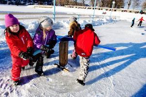 Jennifer och hennes kompisar Amanda, Tove och Olivia testar iskarusellen.