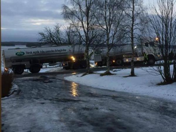Problemen med halkan fortsätter runt om i länet. På fredagsmorgonen gled en mjölbil av vägen i Nordannälden, Krokoms kommun.